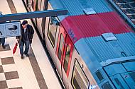 Ein alter Mann steht in der U-Bahn-Haltestelle Elbbrücken in Hamburg vor einem Zug