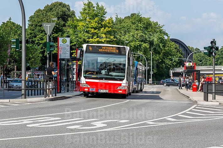Bus der Linie M4 am Stephansplatz in Hamburg