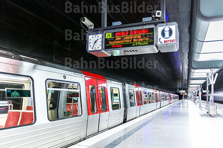 Ein U-Bahn-Zug vom Typ DT5 in der Haltestelle HafenCity Universität in Hamburg
