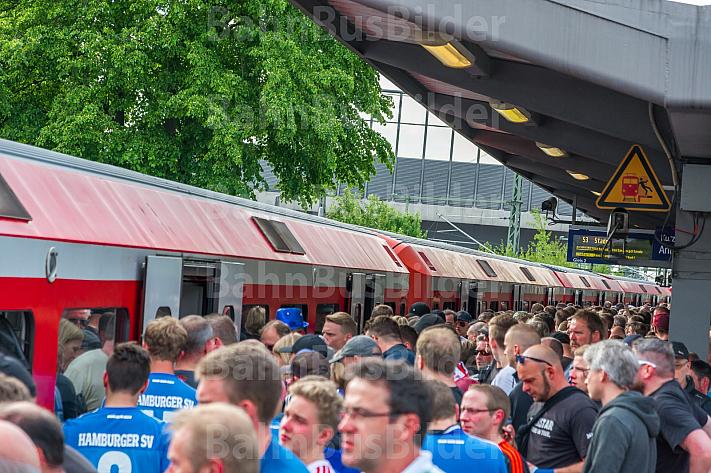 Fußball-Fans drängen nach einem HSV-Spiel am S-Bahnhof Stellingen in einen Zug