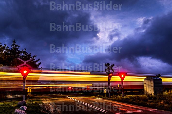 Bahnübergang mit durchfahrenden Zug der Lemvigbanen