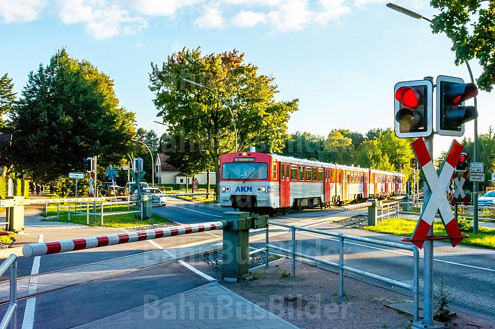 AKN-Triebwagen quert Bahnübergang im Haltepunkt Burgwedel in Hamburg