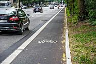 Eine Fahrradspur in der Edmund-Siemers-Allee in Hamburg