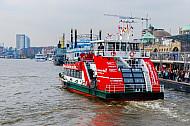 Hafenfähre Wilhelmsburg an den Landungsbrücken in Hamburg