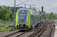 Ein Doppelstock-Elektrozug der Deutschen Bahn an der Sternschanze in Hamburg