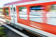 Ein S-Bahn-Zug der Baureihe 474 in Hamburg mit Bewegungsunschärfe
