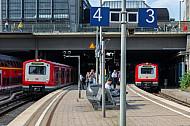 Zwei S-Bahnen nach Bergedorf im Hamburger Hauptbahnhof