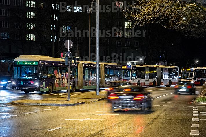 Busse stehen in Hamburg in einer Schlange