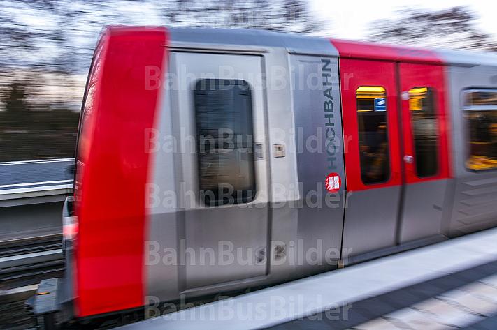 Ein U-Bahn-Zug vom Typ DT5 fährt in die Haltestelle Wandsbek-Gartenstadt in Hamburg