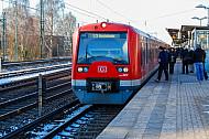 Menschen steigen am Bahnhof Hamburg-Eidelstedt in eine S-Bahn