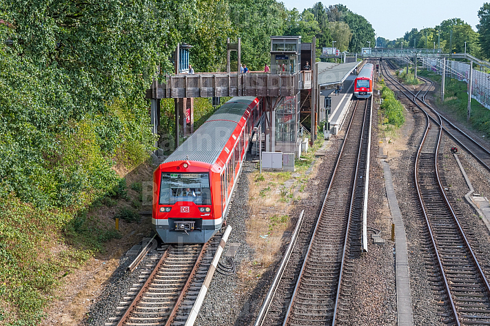 Zwei S-Bahnen begegnen sich an der Haltestelle Rübenkamp in Hamburg