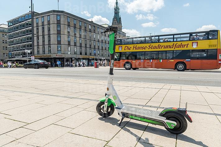 Ein E-Scooter steht am Jungfernstieg in Hamburg, im Hintergrund ein Bus