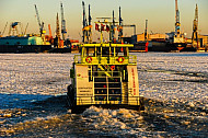 Hafenfähre Oortkaten auf der vereisten Elbe in Hamburg