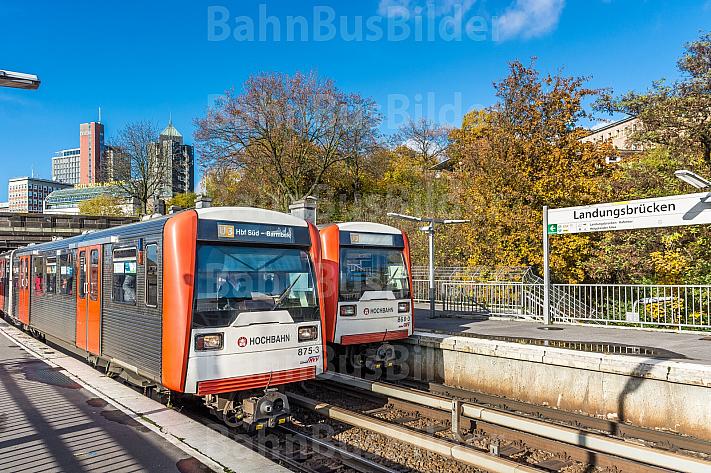 Zwei U-Bahn-Züge der Baureihe DT3 in der Haltestelle Landungsbrücken im Hamburger Hafen