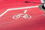 Rot markierte Radfahrspur in Hamburg