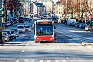 Bus der hoch belasteten Metrobuslinie M5 in der Hoheluftchaussee in Hamburg