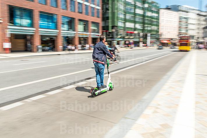 Ein Mann fährt auf einem E-Scooter am Gänsemarkt in Hamburg