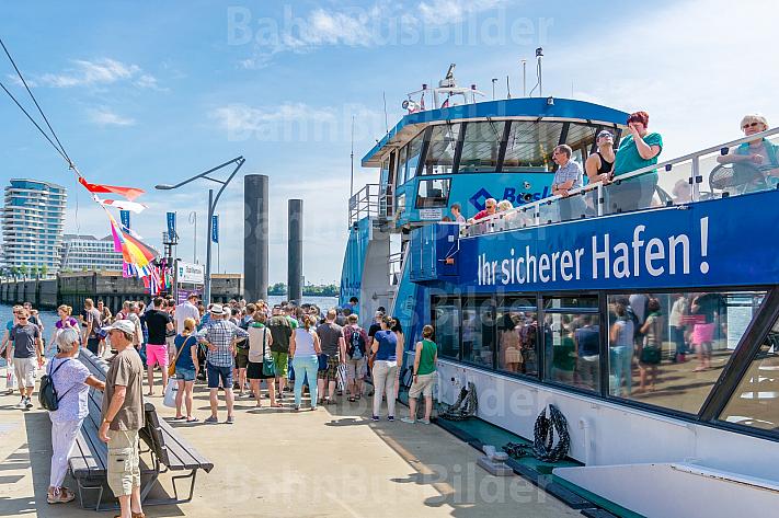 Menschenmenge wartet am Anleger Elbphilharmonie in Hamburg auf eine Hafenfähre