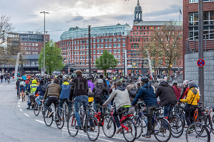 Radfahrer-Demonstration Critical-Mass in der HafenCity in Hamburg