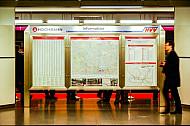 HVV-Infovitrine im U-Bahnhof Jungfernstieg in Hamburg
