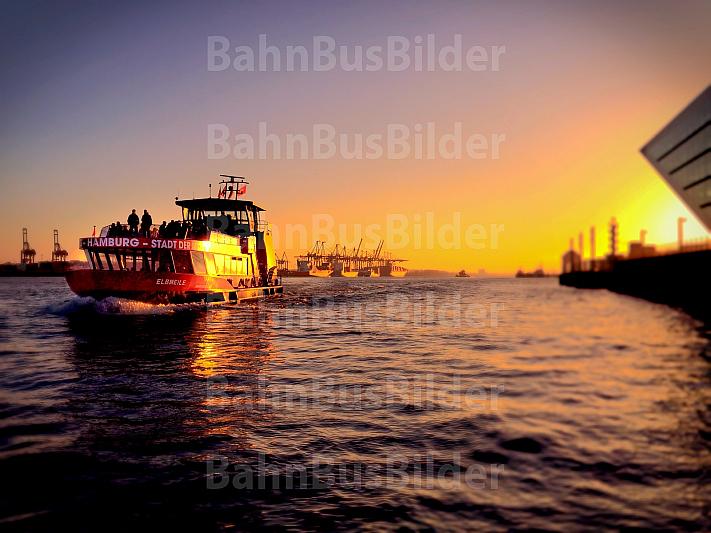 Hafenfähre in Hamburg bei Sonnenuntergang