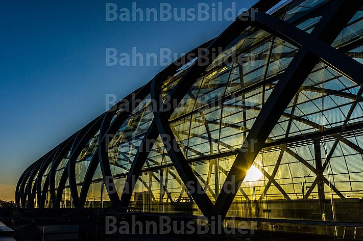 Das markante gläserne Hallendach der neuen U-Bahnstation Elbbrücken in Hamburg im Sonnenuntergang