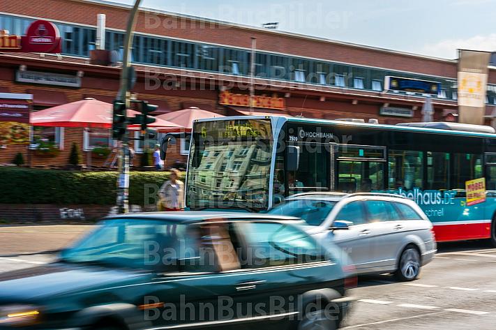 Metrobus im Autoverkehr in Hamburg