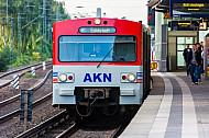 AKN-Triebwagen im S-Bahnhof Hamburg-Eidelstedt auf einem Abstellgleis vor einem roten Signal
