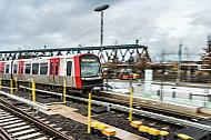 Ein Zug der U-Bahnlinie U4 fährt in die Haltestelle Elbbrücken in Hamburg