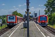 Neu neben Alt: Zwei S-Bahnen der Baureihen 472 und 474 stehen im S-Bahnhof Diebsteich in Hamburg nebeneinander
