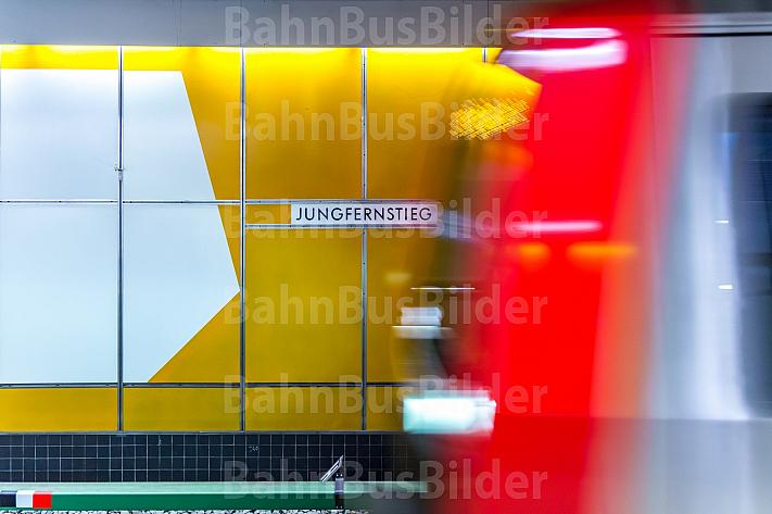U-Bahn mit Bewegungsunschärfe in Hamburg