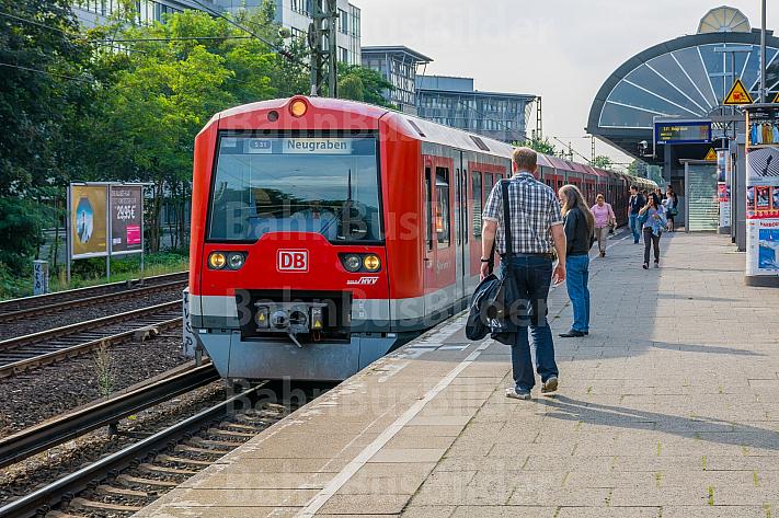 Menschen warten auf eine S-Bahn in Hamburg