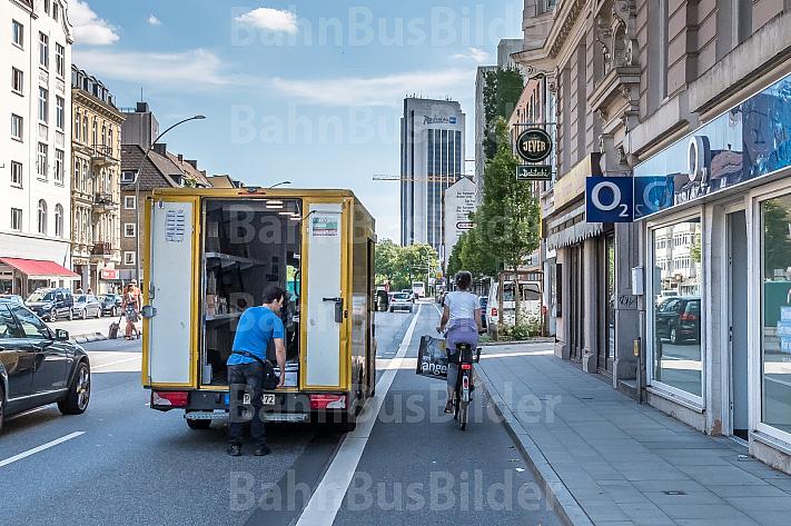 Ein Paketbote parkt neben einem Radfahrstreifen in der Grindelallee in Hamburg