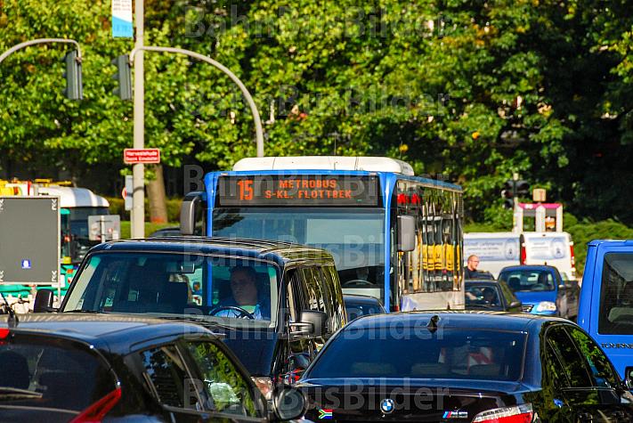 Metrobus der Linie M15 im Stau in Hamburg