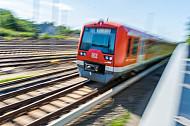 Ein S-Bahn-Zug der Baureihe 474 fährt aus dem Bahnhof Elbgaustraße heraus