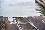 Schienen ins Meer. Eisenbahn-Verladerampe im dänischen Fährbahnhof Rödby. Die Eisenbahnfähren von Scandlines transportieren hier komplette Personenzüge über den Fehmarnbelt.