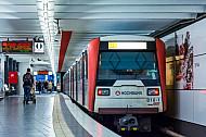 Ein U-Bahn-Zug vom Typ DT3 in der Tunnelhaltestelle St. Pauli in Hamburg