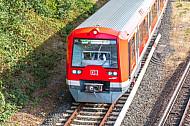 Ein Hamburger S-Bahn-Zug auf dem Weg zum Flughafen  (Airport)