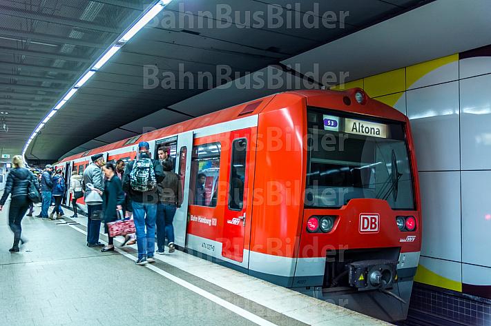 Menschen steigen im Hamburger S-Bahnhof Jungfernstieg in einen Zug