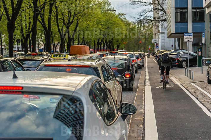 Ein Fahrradfahrer fährt auf einer eigenen Spur an einem Stau an der Esplanade in Hamburg vorbei