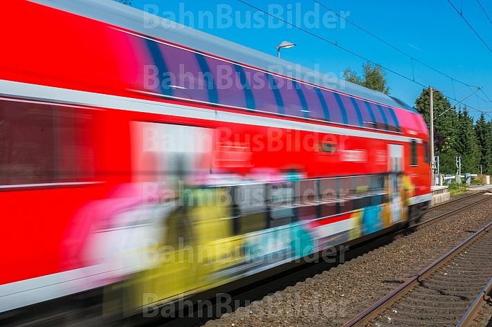 Regionalzug mit Graffiti im Bahnhof Horst in Schleswig-Holstein