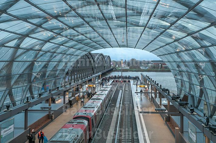 Ein Zug der U-Bahnlinie U4 steht in der Endhaltestelle Elbbrücken in Hamburg direkt am Elbufer