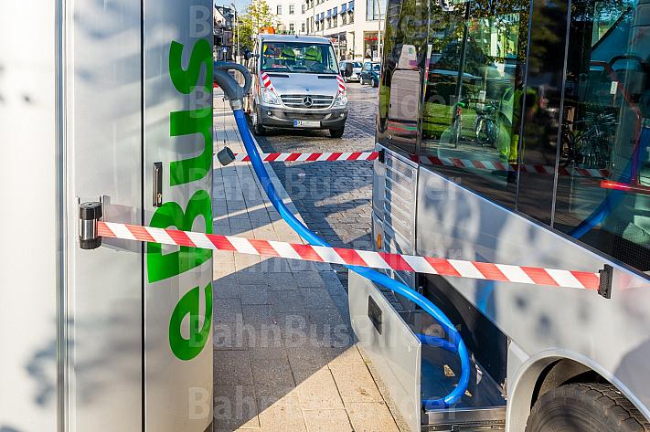 Aufladung eines VHH-Elektrobusses in Hamburg-Blankenese