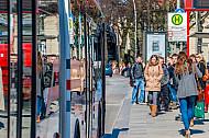 Menschen warten am Dammtor in Hamburg auf einen Metrobus