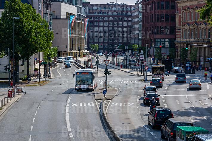 Schnellbus am Stephansplatz in Hamburg