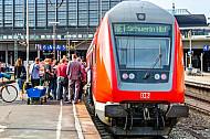 Menschen steigen in Regionalexpress nach Schwerin im Hamburger Hauptbahnhof