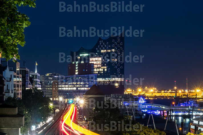 Ein U-Bahn-Zug vor der Skyline des Hamburger Hafens mit der Elbphilharmonie im Abendlicht