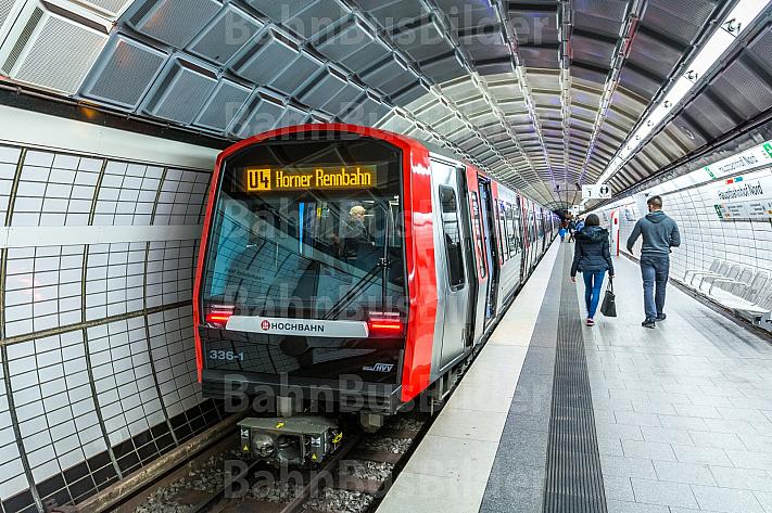 Ein U-Bahn-Zug vom Typ DT5 in der Haltestelle Hauptbahnhof Nord in Hamburg