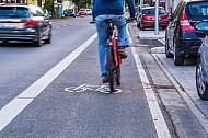 Ein Fahrradfahrer fährt auf einem vom Autoverkehr abgetrennten Radfahrstreifen in Hamburg