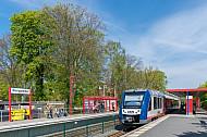 Ein AKN-Triebwagen in der Haltestelle Burgwedel